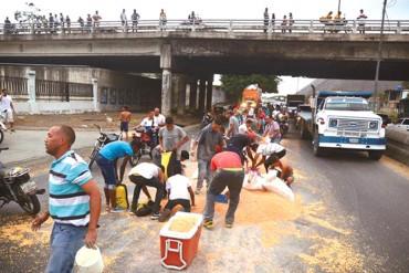 ¡INCREÍBLE! Cargamento de maíz fue saqueado mientras el conductor auxiliaba a otra gandola