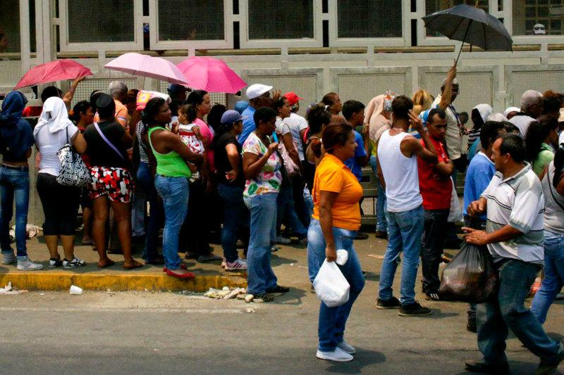Colas-para-comprar-comida-en-Venezuela-Venezolanos-haciendo-colas