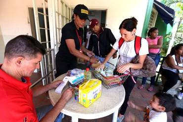 ¡MISERABLE! Solo le entregan bolsas de comida a quienes dicen ser chavistas (+Prueba)