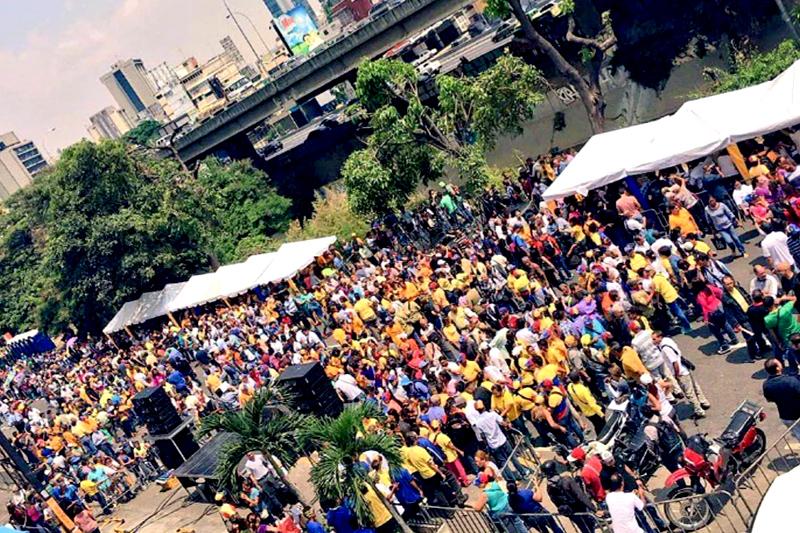 Colas para firmar en Caracas /Foto: @eliminad_a