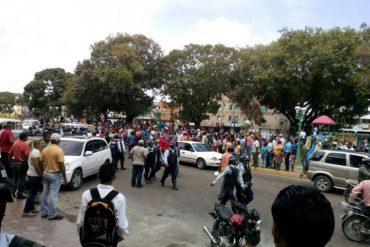 ¡VIOLENTOS DESATADOS! Chavistas intentaron sabotear recolección de firmas en Apure (+FOTOS)
