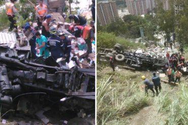 ¡TOTAL DESASTRE! Saquean camión con pañales que se volcó en Tazón: Un muerto y un herido