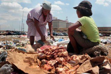 ¡TERRIBLE! Familias wayúu comen huesos y pellejos que encuentran entre basura de Las Pulgas