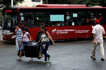 ¡QUÉ SUSTO! Transporte escolar lleno de niños quedó en medio de una balacera en puente Simón Bolívar (+Video)
