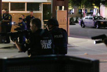 ¡DE IMPACTO! El momento exacto del tiroteo donde asesinaron a 5 policías en EE.UU. (+Videos)