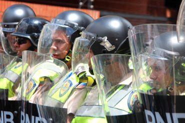 ¡QUÉ VERGÜENZA! Detuvieron a dos PNB que asaltaron a un argentino en Vargas