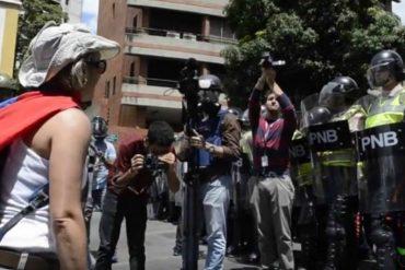 ¡LES DIO CON TODO! Esta mujer se las cantó a un PNB que intentó reprimir la marcha (+Video)