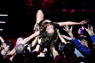 """¡QUÉ PENA! El """"vergonzoso"""" accidente que sufrió Thalía en concierto en Miami (+Video de lo que mostró)"""