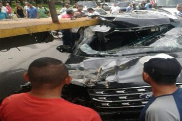 ¡ATENCIÓN! Camioneta en la que se desplazaba el alcalde de Guanare impactó contra un camión (+Fotos)