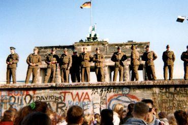 ¡CURIOSO! 27 años después de la caída del muro de Berlín, triunfa en EE.UU. nueva propuesta de muro