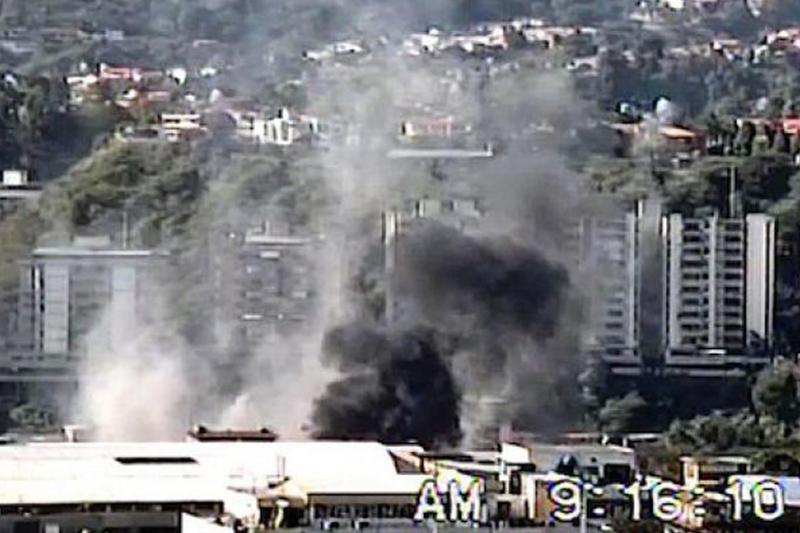 Foto: Otro ángulo de la base aérea Francisco de Miranda en La Carlota es impactada por una bomba lanzada desde un Bronco pilotado por un militar golpista el 27 de noviembre de 1992 / archivo