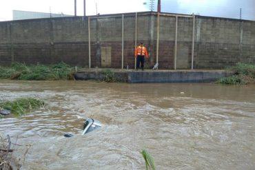 ¡HACIENDO DESASTRE! Fuertes lluvias arrastraron un vehículo en Carabobo