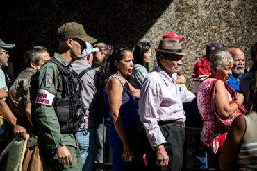 ¡HUMILLACIÓN SOCIALISTA! Venezolanos hicieron cola de 30 cuadras para salir del billete de Bs. 100