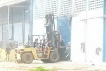 ¡ANARQUÍA TOTAL! Así saquearon galpón de Plumrose en Bolívar: usaron un montacarga para derribar el portón