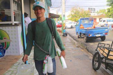 ¿TOCANDO FONDO? Venezolanos sobreviven vendiendo arepas y limonada en Dominicana