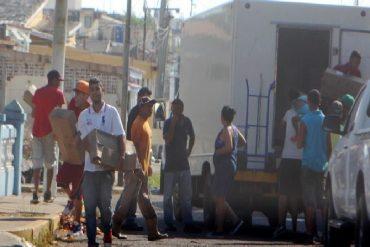 ¡ANARQUÍA! Saquearon camión con chuletas en Maracaibo: Detuvieron al conductor a punta de piedras