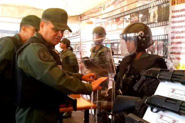 ¡INTIMIDANDO! Padrino López exhibió con orgullo las armas con las que cuenta la FANB para reprimir (+Fotos)
