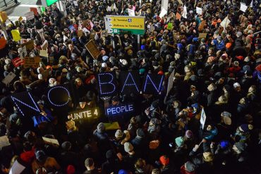 ¡ENTÉRESE! Miles de personas protestaron en NY por reciente medida de Donald Trump (+Fotos)