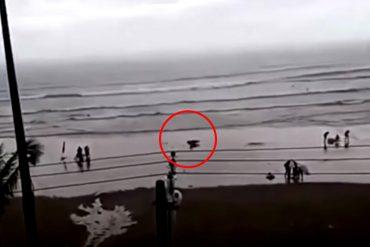 ¡INCREÍBLE! Video capta el momento exacto en el que un rayo impacta a una joven en la playa (+Video)