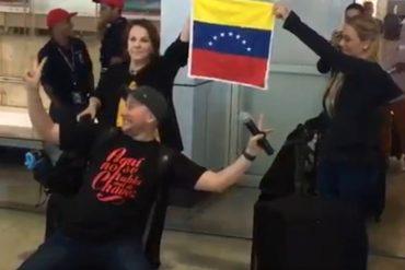 ¡PERO HIZO EL RIDÍCULO! Presentador de VTV intentó sabotear a Lilian Tintori a su llegada a Maiquetía (+Video)