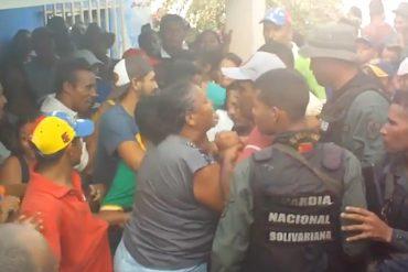 ¡ESTALLÓ! Apureña harta de pasar hambre le cayó a golpes a un chavista (+Video)
