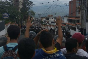 ¡QUÉ ABUSO! Así reprimieron a opositores que entregaban documento al CNE en Táchira (+Video)