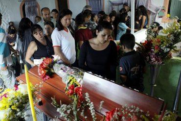 ¡CONMOVEDOR! Familiares y amigos dan último adiós a Paola Ramírez
