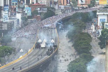 ¡ATENCIÓN! PNB reprimió a periodistas con bombas lacrimógenas y piedras en la Francisco Fajardo (+Video)