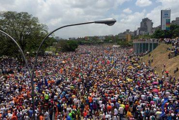 ¡MULTITUDINARIA ASISTENCIA! Venezolanos salieron a la calle a decir #VzlaTrancaContraElGolpe