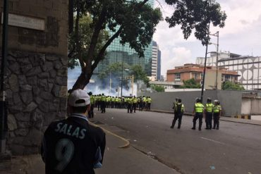 ¡URGENTE! PNB ataca con lacrimógenas y perdigones a habitantes de Chacaíto (+Video)