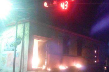 ¡ÚLTIMA HORA! Fuerte represión contra manifestantes en Tovar: En respuesta quemaron la sede del PSUV