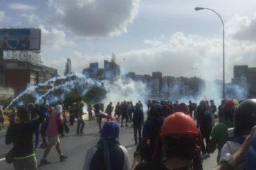 ¡LO ÚLTIMO! Con lacrimógenas, perdigones y agua reprimen a manifestantes en la Francisco Fajardo