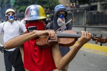 ¡CONMOVEDOR! En medio de los enfrentamientos en Chacaíto, un joven tocó con su violín el himno (+Video)