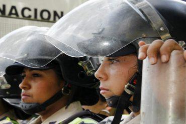 ¡IMPERDIBLE! La tristeza de las policías en la marcha de las mujeres por Venezuela (+Fotos)