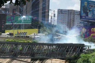 ¡ENTÉRATE! Con lacrimógenas y perdigones reprimen a manifestantes que resisten en Las Mercedes (+Video)