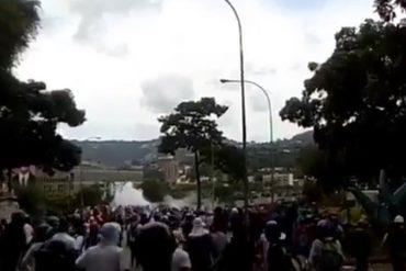 ¡CON VALENTÍA! Manifestantes hicieron correr al piquete de la GN y PNB apostado en el distribuidor Altamira