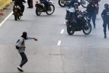 ¿ALÓ, NICOLÁS? PoliCarabobo apuntó a manifestantes en El Trigal, Valencia (+Fotos)