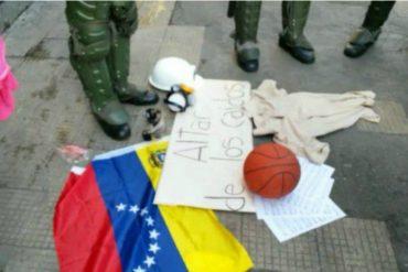 ¡REVEROL, ES CONTIGO! Estudiantes hicieron un altar de los caídos frente al Ministerio de Interior y Justicia (+Video)