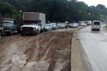 ¡ATENCIÓN! Fuerte derrumbe colapsa el tránsito en la autopista Regional del Centro