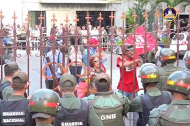 ¡SALVAJISMO! Chavistas intentan entrar por la fuerza al Palacio Legislativo y arrojaron cohetones (Video)