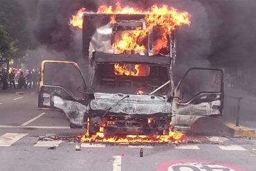 ¡ATENCIÓN! Incendian camión en Chacao que habría arrollado a manifestantes