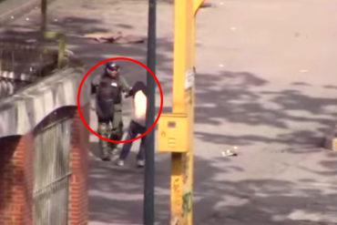 ¡RUIN! Pillaron a funcionario de la GNB golpeando y robando a manifestante en Los Dos Caminos (+Video)
