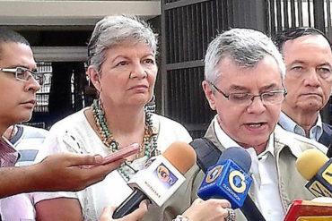 ¡DESATADOS! Colectivos atacaron a exministros de Chávez frente al CNE