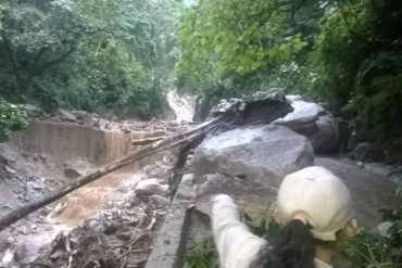 ¡LLUVIAS NO CESAN! Nuevo deslave bloquea totalmente carretera hacia Choroní (+Fotos)
