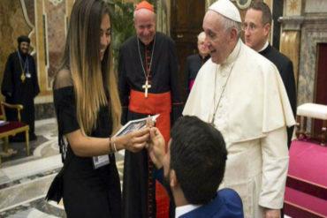 ¡HERMOSO! Venezolano propone matrimonio a su novia frente al Papa Francisco (+Video)