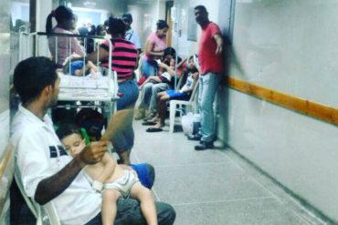 ¡INHUMANO! Hospitalizan a niños en pasillos del hospital de Acarigua por contaminación en la emergencia pediátrica