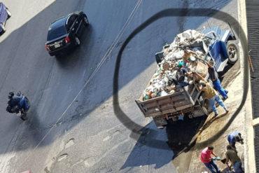 ¡RESULTADO DEL DESGOBIERNO! Con sábanas recogen la basura en la avenida San Martín