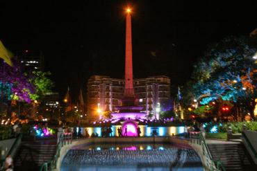 ¡HERMOSO! Así iluminaron el obelisco de Plaza Francia para conmemorar día del cáncer de mama (Foto+Video)