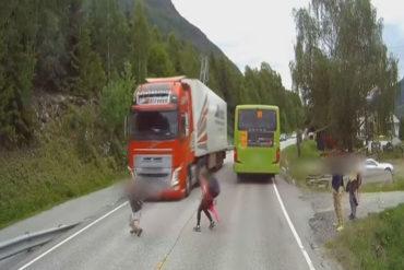 ¡QUÉ SUSTO! Dos niños se salvan de morir arrollados por inmenso camión (+Video)