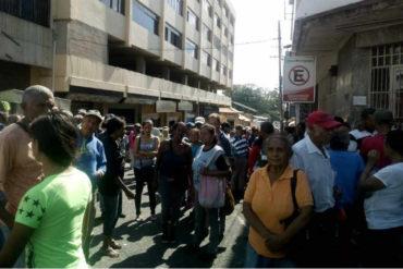 ¡CANSADOS! En Yaracuy los pensionados protestaron por falta de efectivos en los bancos